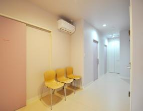 中待合 診察室まで車椅子・大型バギーで通れます。
